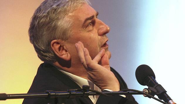 Miroslav Donutil a jeho gesta.