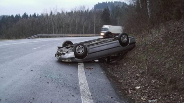 Řidič nezvládl zatáčku a skončil na střeše auta.