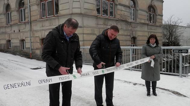 Otevření mostu v Jánské ulici: vlevo náměstek primátora Miloš Vele, uprostřed primátor Jablonce n. N. Petr Beitl.