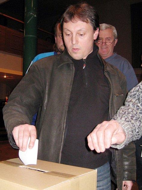 STOPROCENTNÍ ÚČAST. Všech čtyřiatřicet delegátů Okresních fotbalových týmů se zúčastnilo valné volební hromady OFS Jablonec. Na snímku vhazuje hlasovací lístek Luboš Matějovský z Držkova.