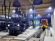 Lokomotivy se na noc uložily ke spánku v kořenovské Výtopně.