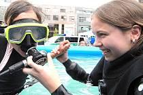 Při potápěčské šou a dětském dni v lomu Jesenný naučí v bazénu zájemce potápět s přístrojem.