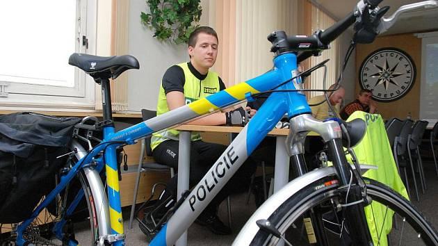 Nymburští policisté již služební kola vyfasovali, tanvaldští a smržiovští na ně zatím čekají. Na obvodních odděleních v Harrachově, Tanvaldě a Smržovce budou k dispozici vždy dvě kola a čtyři policisté – cyklisté. Projekt odstartuje zřejmě v září.