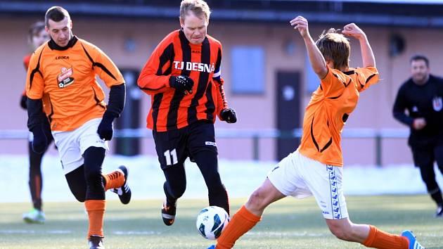 Fotbalisté Desné (v pruhovaném) vyřadili v prvním kole Poháru LKFS Ruprechtice.