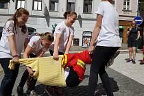 Střed Jablonce zaplavili ranění a mladí zdravotníci. Sjeli se ze dvou krajů a to Libereckého a Ústeckého. Vítězové všech oblastních kol zápolili o postup na celorepublikové kolo, které proběhne 16. – 18. červnav Havlíčkově Brodě.