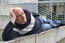 Jiří Bažant není extrovert s touhou hrát vždy prim. Spíše více poslouchá... Lidé se masérovi občas svěří i s bolestí na duši. Ta může být i prapůvodem pro následnou bolest těla, kterou si u něj přišli vyléčit.