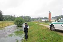 Policisté z oddělení Mšeno kontrolují stav Nisy po vytrvalých deštích.