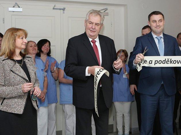 Prezident České republiky Miloš Zeman při otevření hospice. Vlevo ředitelka Hospicové péče sv. Zdislavy Taťána Janoušková, vpravo hejtman Martin Půta