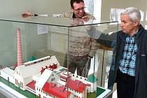 Unikátní model pokrývá dvě stě tisíc kusů skleněných perliček. Na snímku hlavní kurátor muzea Petr Nový (vlevo) a průvodce Jiří Matura.