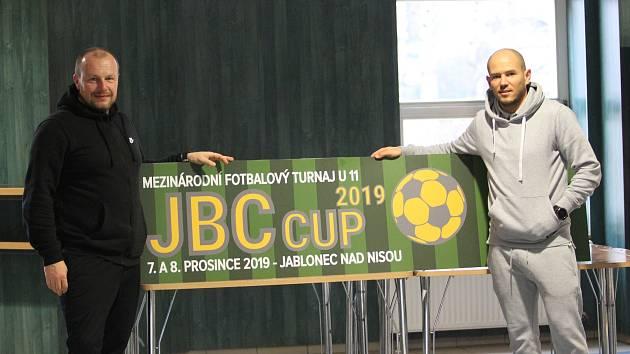 Městská sportovní hala v Jablonci  praskala ve švech. Sjely se do ní nejen  domácí týmy z celé republiky, ale také  ze zahraničí, aby předvedly svoje fotbalové umění.