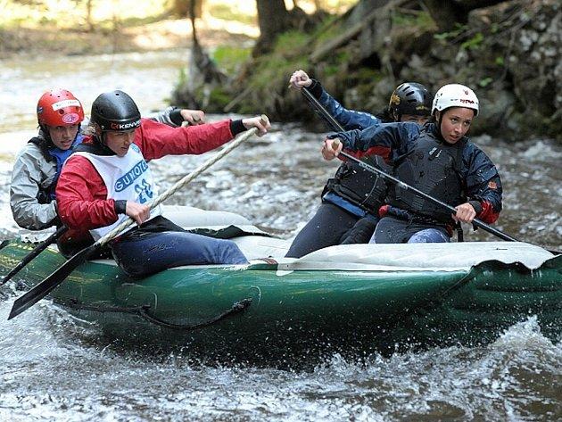 Na řece Kamenici poblíž obce Plavy se pravidelně konají závody na raftech. Na snímku posádka HANACE Rafters Neonky na trati závodu v roce 2009.