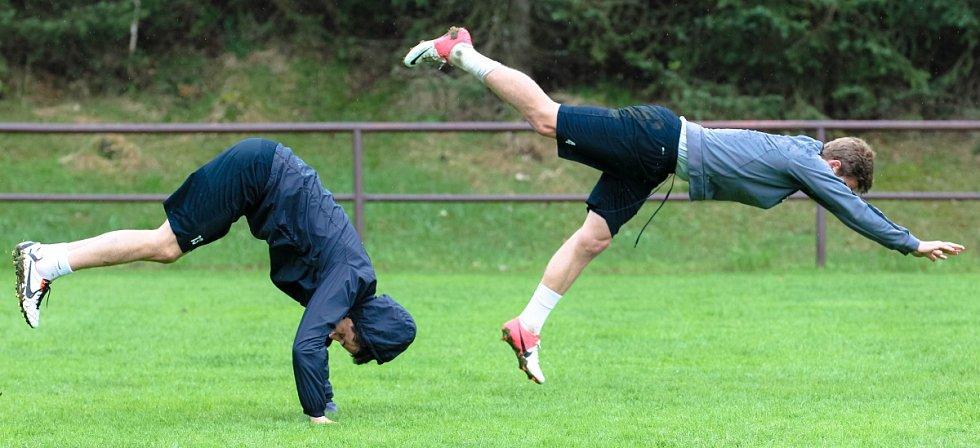 Hráči Baumitu absolvovali v pondělí trénink pod novou trenérskou dvojicí Pavlem Drskem a Romanem Skuhravým. Na snímku Pavel Eliáš a Radim Jurča (vpravo) při pondělním tréninku.