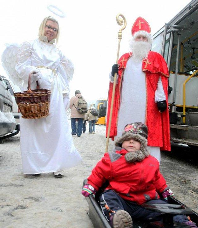 Jabloncem projel v sobotu Čertovský autobus.