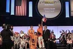 IUVENTUS, GAUDE! a zlato na olympiádě v Cincinnety. Tomáš Pospíšil s českou vlajkou, vlevo Anežka Gráttová, v roce 2012 sboristka, nyní studentka sbormistrovství v Praze.