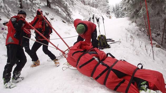 Horská služba. Záchrana zraněného lyžaře. Ilustrační snímek