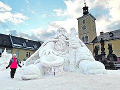 Každý rok má jilemnický Krakonoš trochu jinou podobu, letos je nejmenší ze všech, které na náměstí výtvarník Josef Dufek se dvěma pomocníky od roku  1997 vytvořil. A důvod? Není dostatek sněhu na většího obra. Přesto má letos něco navíc.
