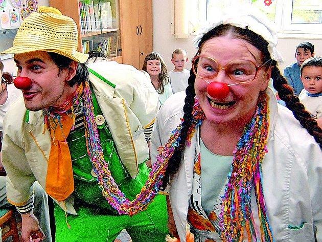 Veselá nemocnice. Jabloneckou nemocnici navštívili netradičně legrační lékaři. Doktor Traktor a jeho sestra Svíčková vykouzlili úsměv na dětských tvářích.