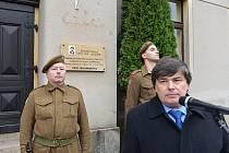Starosta Malé Skály Michal Rezler při odhalení pamětní desky na rodném domě Čestmíra Šikoly