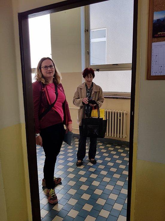 První voliči před volební místností v Gymnáziu U Balvanu.