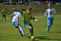 V dohrávce zápasu I.A třídy si soupeř z Pěnčína odvezl tři body. Na fotce v akci pěnčínský Jan Matějček (zelenožlutý dres).