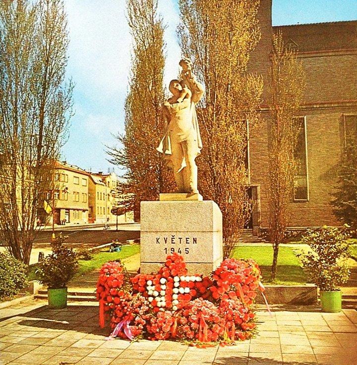 Pomník rudoarmějce od akademického sochaře Aloise Hubičky někdy v 80. letech minulého století.
