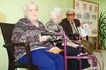 Senioři v Domově důchodců Velké Hamry mají svůj vlastní časopis Barevný domov, ve čtvrtek tu pokřtili první číslo.