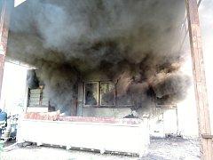 Hasiči z devíti jednotek zasahovali u požáru přečerpávací stanice mazutu v objektu bývalé textilní továrny Kolora v Semilech.