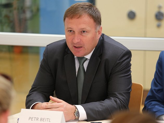 Primátor Jablonce nad Nisou Petr Beitl. Podpis memoranda a představení makety nové mincovny.