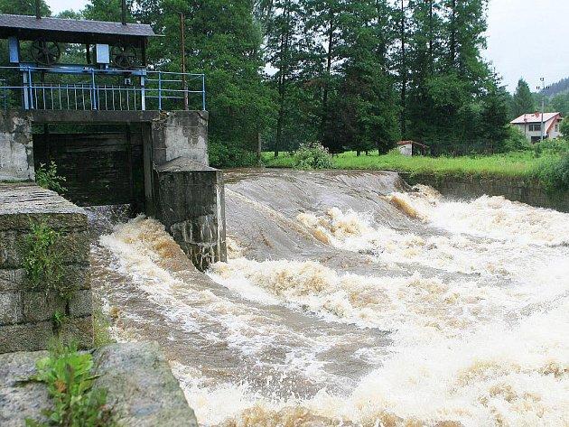 Hladina řeky Kamenice v Plavech během včerejšího dopoledne vystoupala na třetí povodňový stupeň.