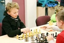 Šachisté z oddílu TJ Bižuterie se pravidelně scházejí každý čtvrtek v hale.
