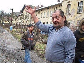 V Semilech, prvním městě, kde začali místo sociálních dávek vyplácet poukázky na odběr jídla, se začalo s kupony kšeftovat. Za tisícikorunovou stravenku dávají lichváři 700 korun českých