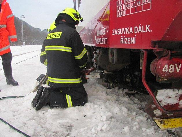 Přívaly sněhu v Libereckém kraji komplikovaly o víkendu i železniční dopravu. Na řadě míst popadaly stromy na trať. Záběr z místa u Železného Brodu, kde vlak do stromu (do tvrdého buku) narazil.