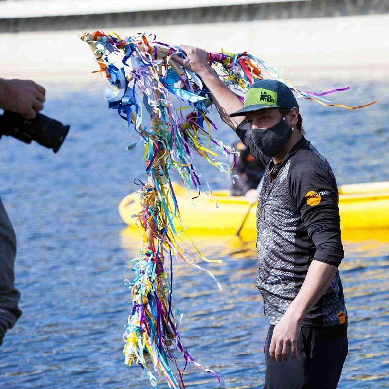 Řeku pořadatelé tradiční akce symboliky odemkli ve čtvrtek bez účasti široké veřejnosti.