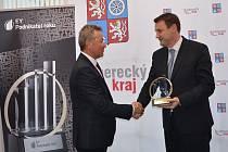 Hejtman Libereckého kraje Martin Půta gratuluje vítězi v soutěži EY Podnikatel roku 2016. Stal se jím Jiří Opočenský, předseda dozorčí rady a spolumajitel společnosti TREVOS, a.s.