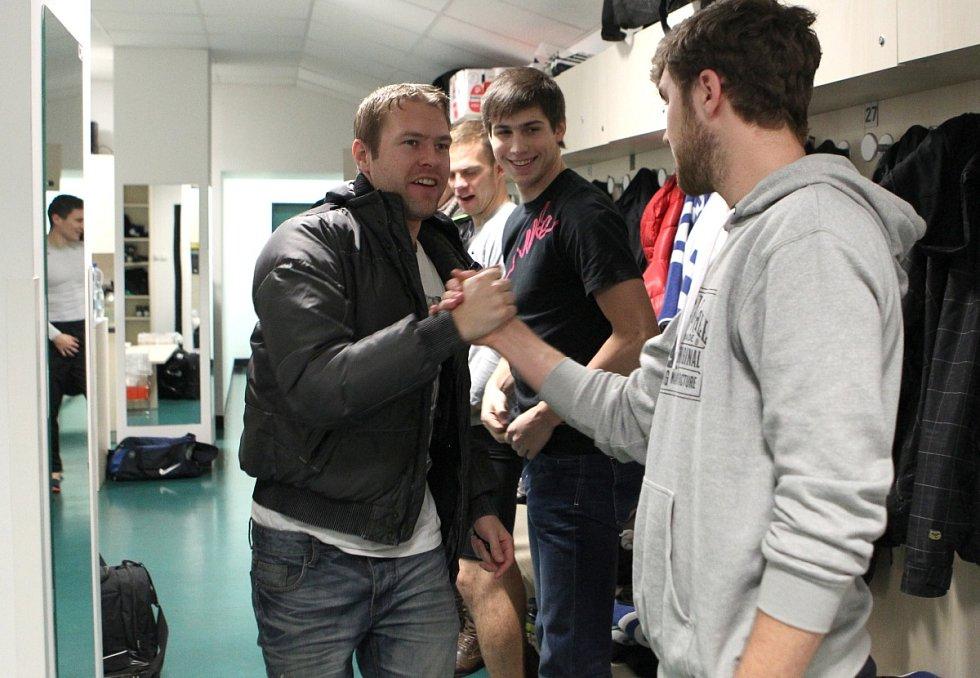Fotbalisté Jablonce zahájili ve středu zimní přípravu. Na snímku zdraví Karel Piták Marka Kyselu (vpravo).