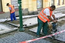 Kromě silnic budou v Jablonci po zbytek prázdnin opravovat i chodníky.