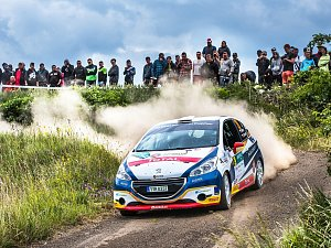 Při Hustopečské rallye zaznamenala mladá posádka již druhé vítězství v řadě mezi vozy s jednou poháněnou nápravou. Pomyslný hattrick završila na domácích tratích Rally Bohemia