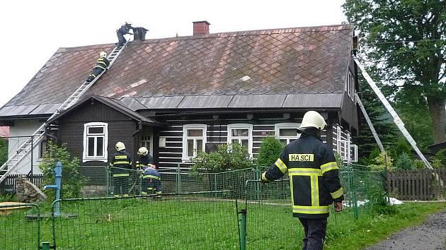 Požár a smrt. V zakouřeném domě našla smrt udušením jeho obyvatelka. Nepomohli jí ani přivolaní lékaři.
