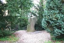Pomník u Muzea skla a bižuterie v Jablonci. Do roku 1938 zde stála židovská synagoga