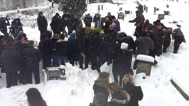 Církevní pohřeb zastřeleného Roma na Nový rok v Tanvaldě. Po obřadu v kostele pokračoval na nedalekém hřbitově.