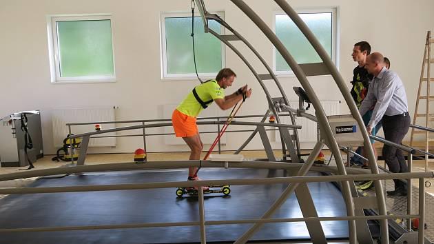 Biatlonisté SKP Kornspitz Jablonec mají zcela nový jedinečný trenažer, díky kterému mohou trénovat za každého počasí. Na snímku trenér Ondřej Rybář.