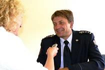 Ředitel jabloneckých profesionálních hasičů Petr Bartoň při rozhovoru s ředitelkou Oblastního spolku Českého červeného kříže Helenou Ungermannovou pro seriál s dárci krve.