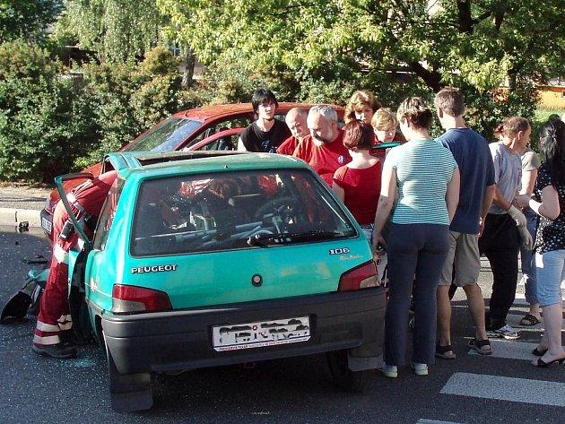 Peugeot 106 a Renault Megan po čelní srážce v jablonecké ulici Liberecká.