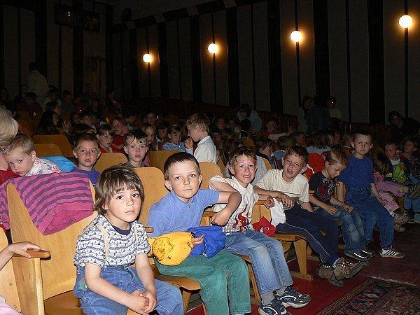Mladé obecenstvo v josefodolském divadle.