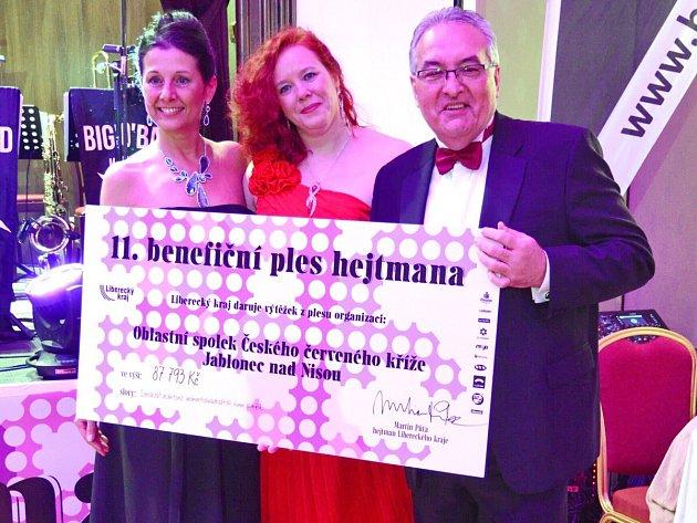 Na 11. Benefičním plese hejtmana Libereckého kraje Martina Půty předávala šéfredaktorka Lenka Klimentová ředitelce ČČK Jablonec Kateřině Havlové šek na 87 793 korun. Za Liberecký kraj předával radní Petr Tulpa.