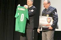Josef Bílahorka (vpravo) převzal i dres se svým jménem, poletí na 1. anglickou ligu.