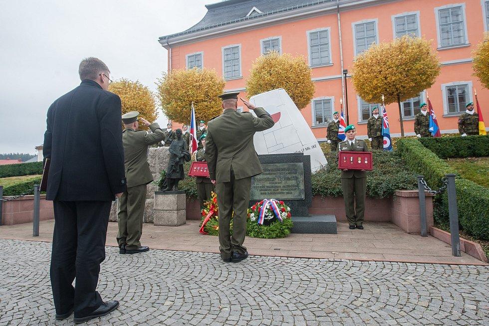 Oslava 100. výročí narození plk. Františka Truhláře, válečného hrdiny, československého letce a střelce i stíhače britské RAF, proběhla 21. října v Lomnici nad Popelkou. U Truhlářova pomníku proběhl pietní akt s přeletem letounů JAS-39C Gripen Vzdušných s