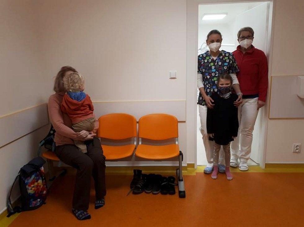 Zubní lékařka Martina Heřmánková, sestřička Jitka Drobníková a Krystýna Ježková, která bude vyšetřená jako první. Vlevo se těší Josef Ježek, že půjde druhý.