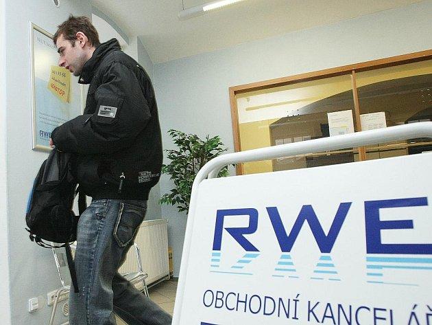 Po čtyřech letech zrušil bez náhrady dodavatel plynu RWE svoji obchodní kancelář v Jablonci nad Nisou v Průmyslové ulici. Lidé z Jablonecka tak musejí vyřizovat své záležitosti kolem dodávky plynu v Liberci.
