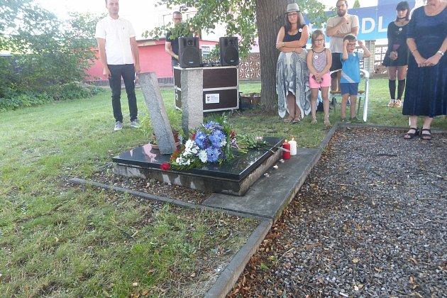 Milion chvilek pro demokracii svolal vzpomínkové setkání kpomníčku vparčíku na Letné vJičíně. Lidé si zde připomněli události srpna 1968.Foto : proChor